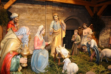 Another famous eye-catcher at the Mainz Christmas Fair are the life-sized hand-carved crib figures made of limewood which have stood in front of the Romanesque St. Gotthard´s chapel by the Cathedral since 1981. ©Landeshauptstadt Mainz