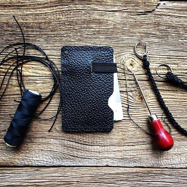 Wróciłam na chwile do kaletnictwa. Portfel na prezent. #pomyslnaprezent #portfel #kaletnik #skorzane #dlaniego #ręcznierobione #wallet #leather #leatherworks #leatherwallet #giftideas