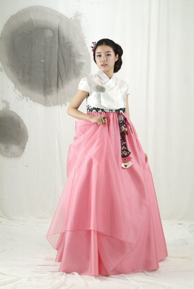 Love the short sleeves on this hanbok.