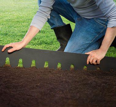 Trädgårdskant som ger avgränsning mellan olika ytor i trädgården / Hasselfors.
