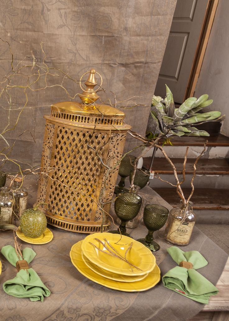 Green Leaves & Napkins, Golden Trees and Plates! The most Chic Table for the Halloween Night!