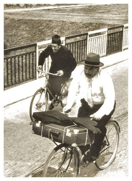 """Don Camillo e Peppone fanno la gara in bicicletta, ma """"quando uno si attarda, l'altro rallenta..."""""""