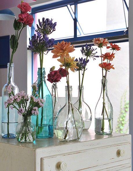 Garrafas foram usadas como vaso na casa-ateliê da arquiteta Adriana Yazbek, especialista em reciclagem e reaproveitamento
