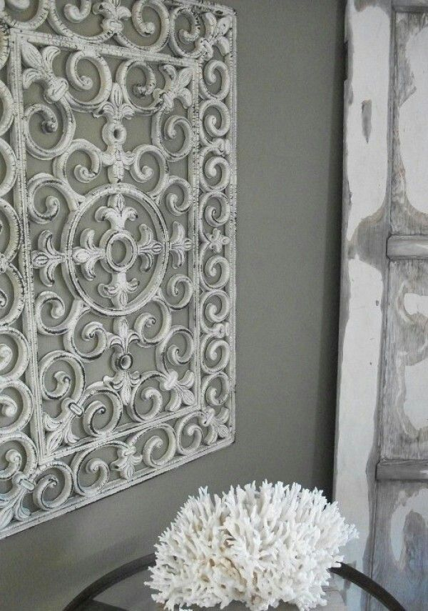 Rubber deurmat inspuiten met witte verf. Leuke wanddecoratie!