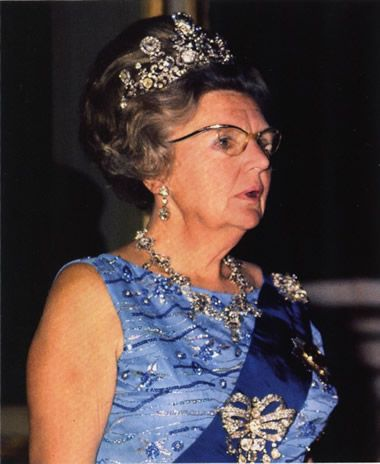 While Queen Wilhelmina wore the Stuart tiara to both her inauguration in 1898, and wedding in 1901, she rarely wore it. However, her daughter, Queen Juliana was far more fond of the piece.