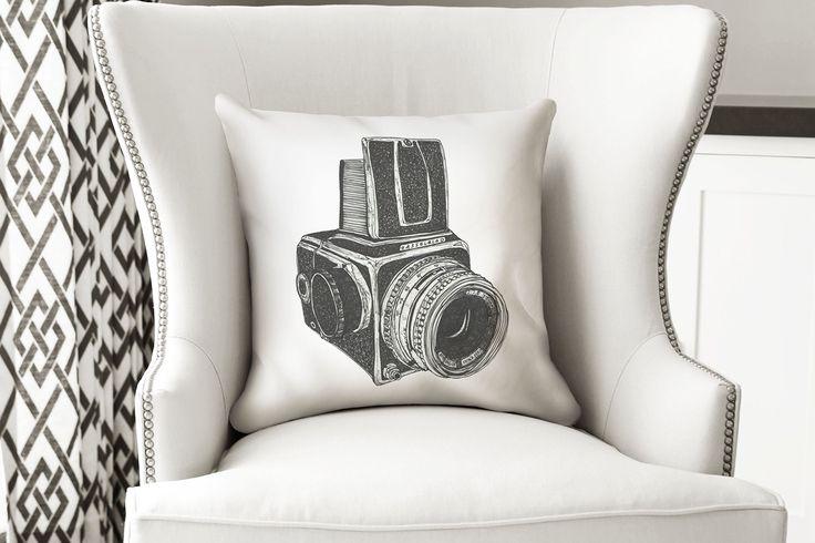 Para los amantes de la Fotografía - Cámara Hasselblad  El cojín está hecho en tela sublimada de alta calidad, impreso por un lado, tiene un cierre invisible para que la puedas lavar. Incluye inserto suave y cómodo.  Recomendada para interiores.  Medida 40 x 40 cms.