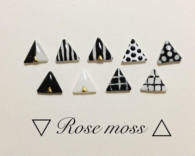 モノクロゴールドの高級感のあるピアスです。全て手描きですので、Rose mossのオリジナリティのあるデザインをお楽しみ頂けます。またhttp://minne.com/items/686100こちらのピアスとの組み合わせも承りますので是非ご覧ください。○素材 プラバン,レジン,ピアス→チタンポストイヤリング→樹脂ポストピアスポストはチタン製で、アレルギーの出にくい素材です。*樹脂製イヤリン...
