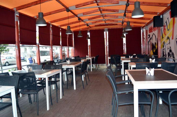 Просто пример интерьера летнего кафе с использованием мебели ИКЕА: пластиковые стулья ЛЭККЭ из серии садовой мебели ИКЕА, столы МЕЛЬТОРП на 4 персоны, подвесные светильники ХЕКТАР, салфетки под приборы УРДЕНТЛИГ.