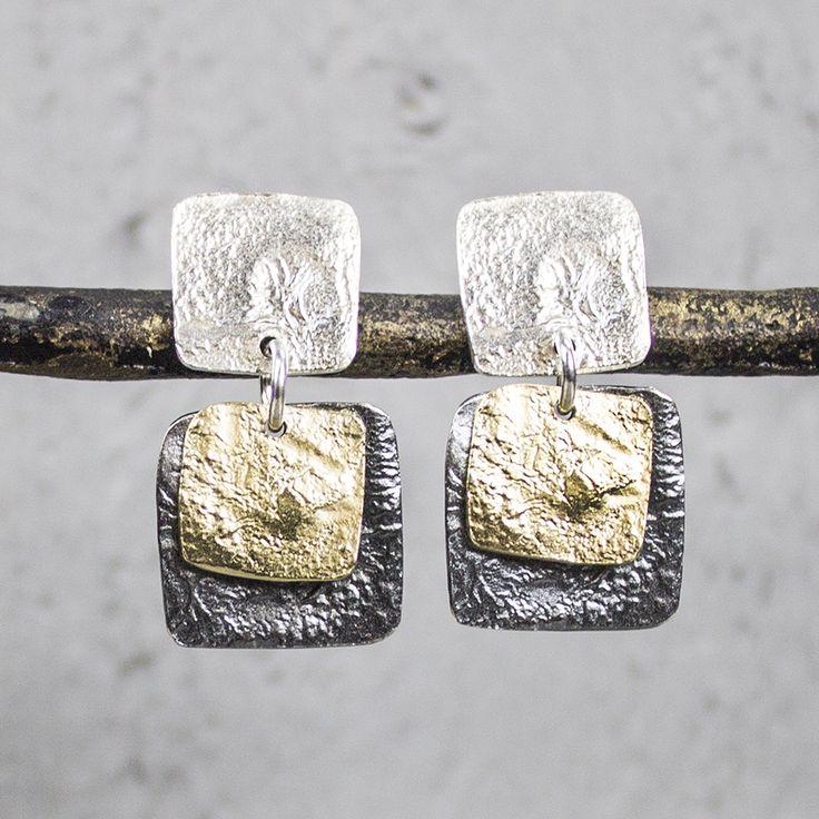 Oorhangers uit de Touch of Gold-collectie van Jéh Jewels, gemaakt van 925 sterling zilver met geoxideerd zilver en een verguld laagje. De oorhangers bestaan uit vierkante elementen die een lichte bewerking bevatten.