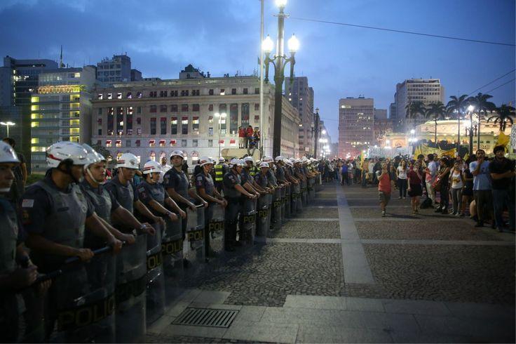 Gritos contra abusos da PM ofuscam tarifa em protesto do MPL -- Tensão entre polícia e manifestantes já era sentida desde o início, na avenida Paulista, mas estourou na frente da Prefeitura; próximo ato será na zona leste -- 2º Grande Ato Contra a Tarifa (16/01/2015)