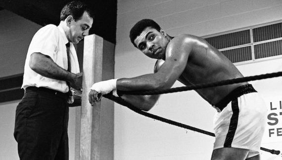 LeBron James offre 2.5 millions de dollars pour une exposition sur Muhammad Ali -  Décédé cette année à l'âge de 74 ans, Muhammad Ali était un modèle sur et en dehors des terrains pour un grand nombre de sportifs actuels, et notamment LeBron James…. Lire la suite»  http://www.basketusa.com/wp-content/uploads/2016/11/mohamed-ali-2_5609621-570x325.jpg - Par http://www.78682homes.com/lebron-james-offr