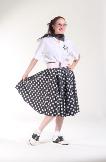 50`s blusa blanca con falda de bolitas.