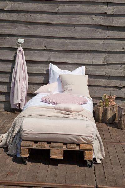 On réalise un lit d'extérieur pour des siestes improvisées avec des palettes esprit récup'