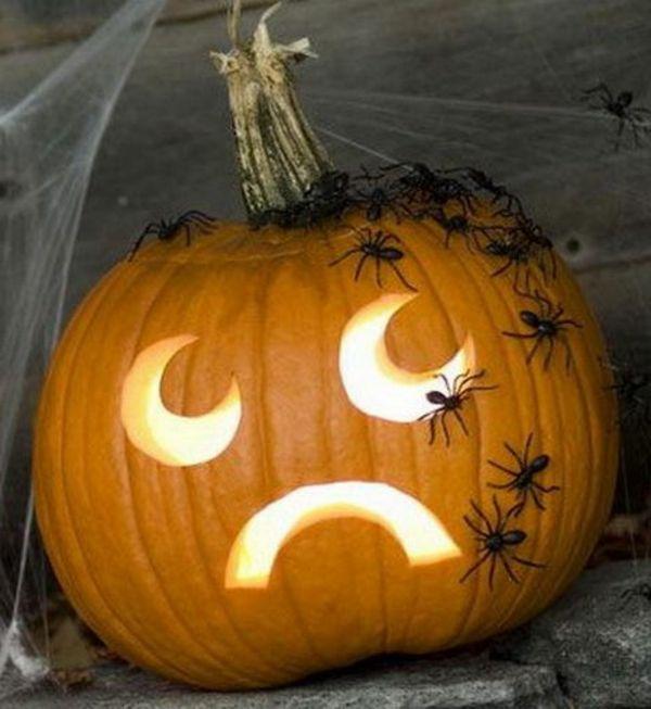Kürbis-Gesichter-zum-Halloween-mit-Spinnen