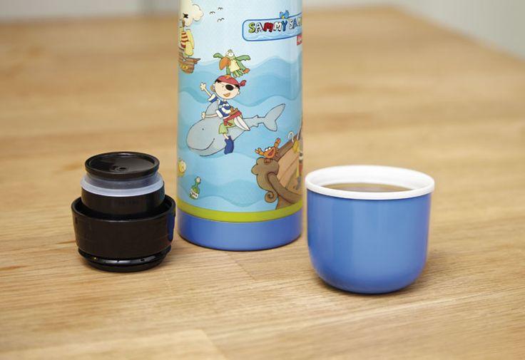 Isolierflasche für Kinder mit Piratenmotiv Sammy Samoa. Ideale Größe für Rucksack oder Schultasche. http://www.sigikid-shop.de/fashion/de/shop/geschenke-kinder/geschenke-jungen/sammy-sammoa/Isolierflasche+Pirat/?card=3846