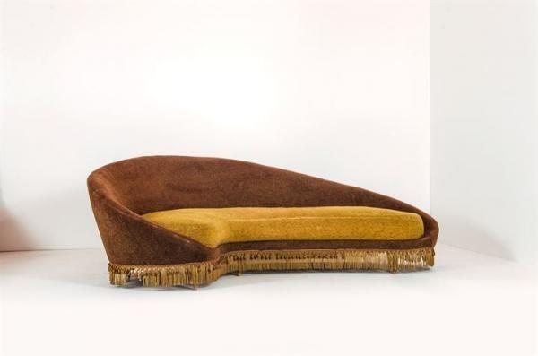 Lot : MUNARI FEDERICO - Grande divano curvo con struttura in legno, supporti in ottone e[...] | Dans la vente Design à Sant'Agostino Casa d'Aste