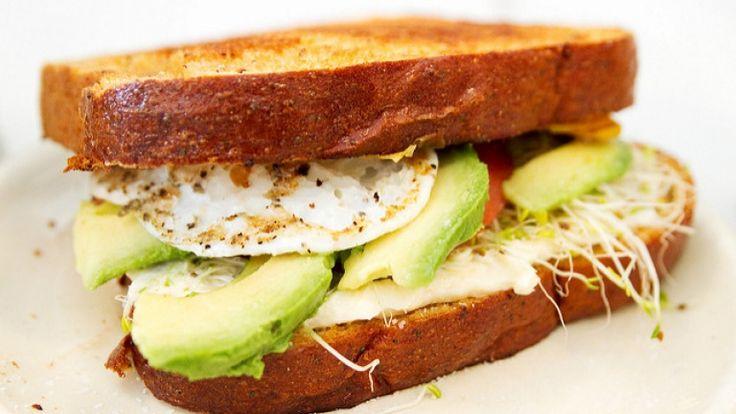 Avocado Toast con uova fritte, cibo per aumentare massa muscolare, cibo proteico