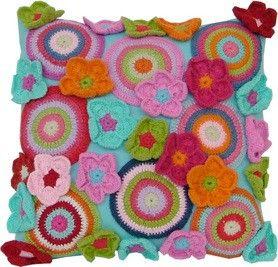 Tudo é DImais: VOCÊ VIU A MATÉRIA DA REVISTA CASA E JARDIM?: Fun Pillows, Circles Pillows, Crochet Circles, Pillows Cushions, Funky Crochet Cushions, Funky Pillows, Crochet Pillows, Make Flowers, Amazing Cushions