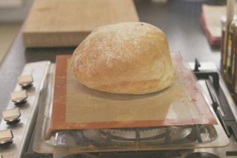Moeilijk is het niet. Maar om een vers brood te bakken, heb je wel een beetje geduld nodig.Jeroen maakte vers brood voor het gerecht boterhammen met choco.extra materiaal: een keukenmachine met kneedhaak