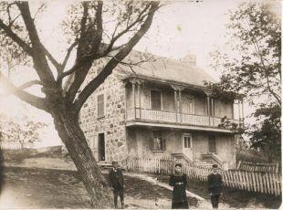 La maison patrimoniale des Robert, sur l'ancien rang des 25, aujourd'hui à l'angle des rues De Mésy et Frontenac. Cette maison a passé au feu et Roméo Robert en a construit une autre sur les fondations. La lignée des Robert depuis 1666