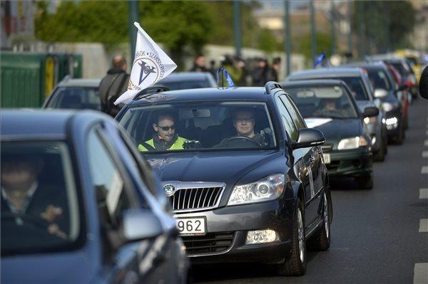 A pedagógusok sztrájkbizottsága által meghirdetett ötperces országos leálláshoz kapcsolódó forgalomlassító szakszervezeti tüntetés résztvevőinek konvoja. MTI Fotó: Kovács Tamás