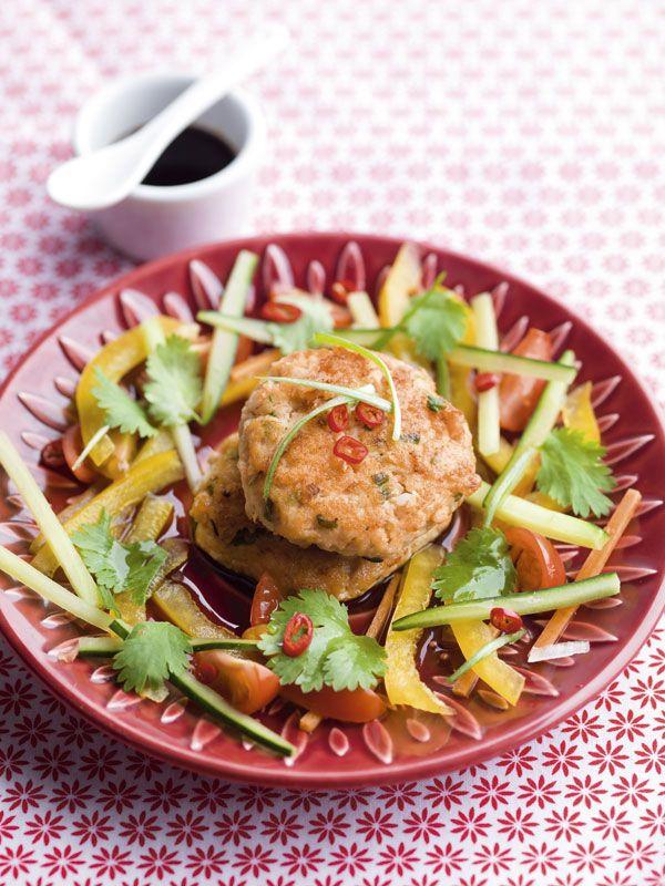 Oosterse zalmkoekjes met gember en zoetzure salade