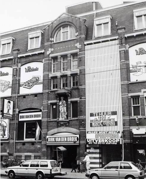 Kruidenierswinkels  de Gruyter, Dirk van den Broek en Aldi op de Admiraal de Ruijterweg 56. Gebouwd in 1910 en een gemeentelijk monument. Oorspronkelijke functie: Drukkerij Senefelder, een groot industrieel gebouw midden in een woonwijk. Het omvatte naast de drukkerij ook onder meer kantoren, zetterij, binderij en lithostudio.