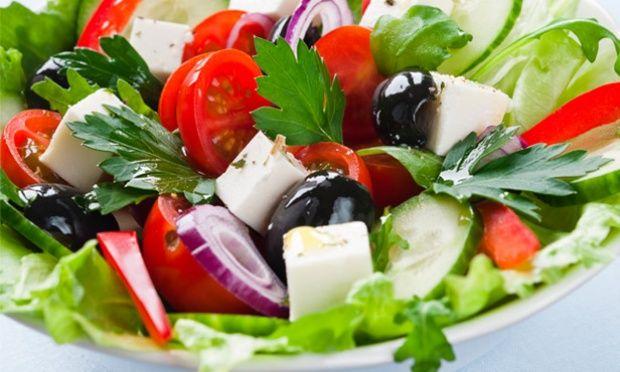 salada mediterrânea - 1 pepino, 3 talos de salsão, 4 tomates cereja, cebola vermelha, salsinha fresca picada, suco de limão, 6 azeitonas pretas, 60 g de queijo feta · 2 colheres de azeite de oliva.