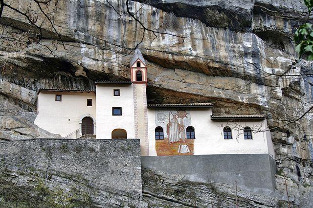 Eremo di San Colombano  L'Eremo di San Colombano si trova nel comune di Trambileno, a pochi minuti da Rovereto