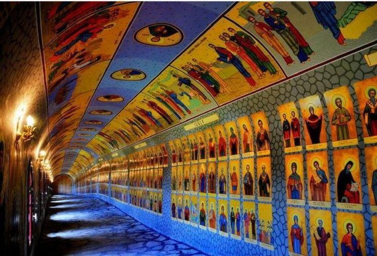 În staţiunea montană Straja din Valea Jiului, nu departe de Masivul Vâlcan (1.946 m altitudine) ce face parte din Munţii Retezat-Godeanu, descoperi un tunel impresionant din beton, de 54 m lungime. Interesant la acest tunel este faptul că pe interiorul lui sunt pictați 365 de sfinți din calendarul ortodox, pentru fiecare zi din an, iar …