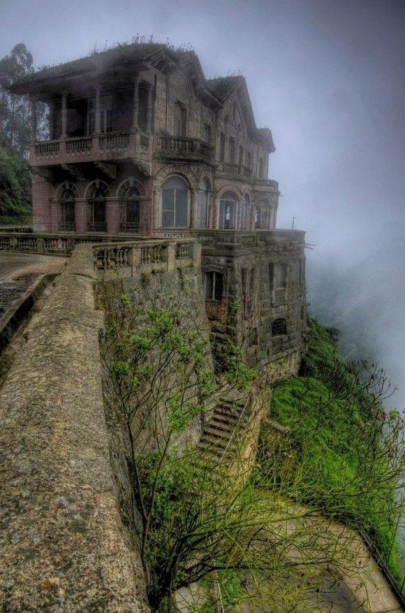 """ホテル・デル・サルト、コロンビア """"コロンビア、テケンダマ滝近くの廃ホテル。1928年にオープンし、観光客は157メートルもの雄大な滝を堪能することができた。1990年代始めに閉鎖されたが、2012年、博物館として再開した。"""""""