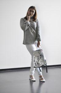 New Look: Weiße Jeans, Wollpulli und silberne Sandaletten
