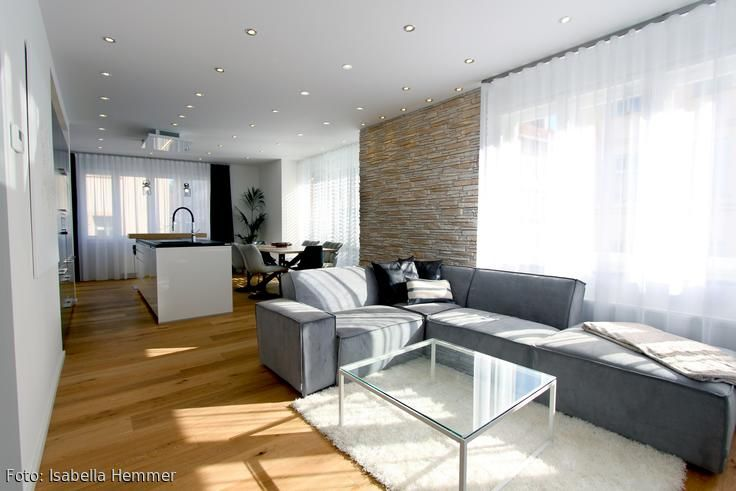 Der große offene Wohn-/Koch-/Essbereich lässt viel Luft zum Atmen.   Ausgeleuchtete wir der gesamte Raum mit Hilfe von LED Einbauspots.