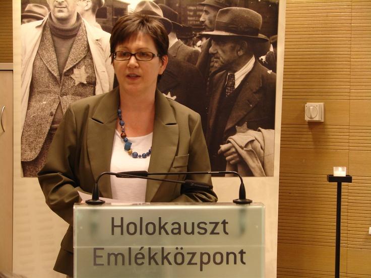 Török Zsuzsa, az Emlékközpont kommunkációs vezetője megnyitja az Anschluss 75-ik évfordulóján rendezett konferenciát