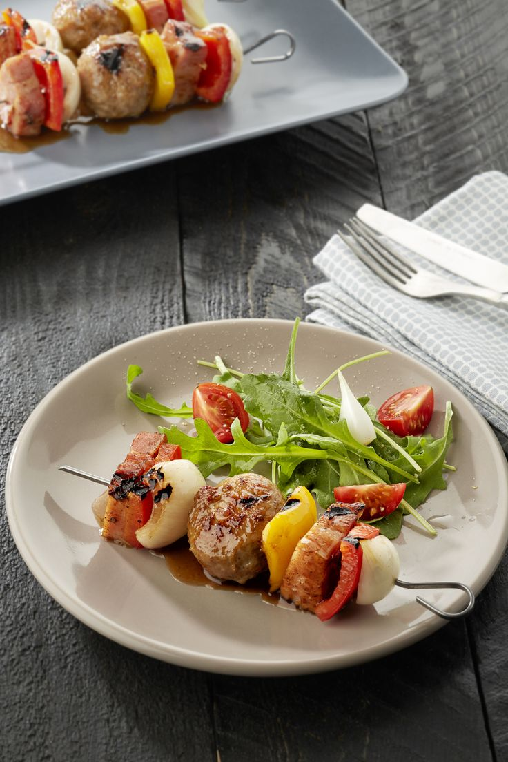 Gemarineerde saté met gehaktballetjes en Breydelspek. Recept is te vinden op http://www.breydel.be/nl/koken-met-breydel/recepten/gemarineerde-sate-met-gehaktballetjes-breydelspek-en-paprika