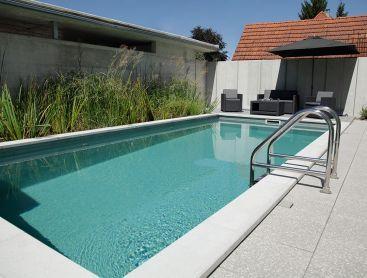 Bio-Pool in der Schweiz mit Solarheizung am Carport