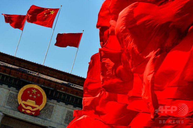 中国・北京(Beijing)で、人民大会堂(Great Hall of the People)前にはためく中国国旗(2012年11月13日撮影、資料写真)。(c)AFP/Mark RALSTON ▼22Aug2014AFP|冤罪訴え獄中6年、死刑判決の男性が無罪に 中国 http://www.afpbb.com/articles/-/3023858