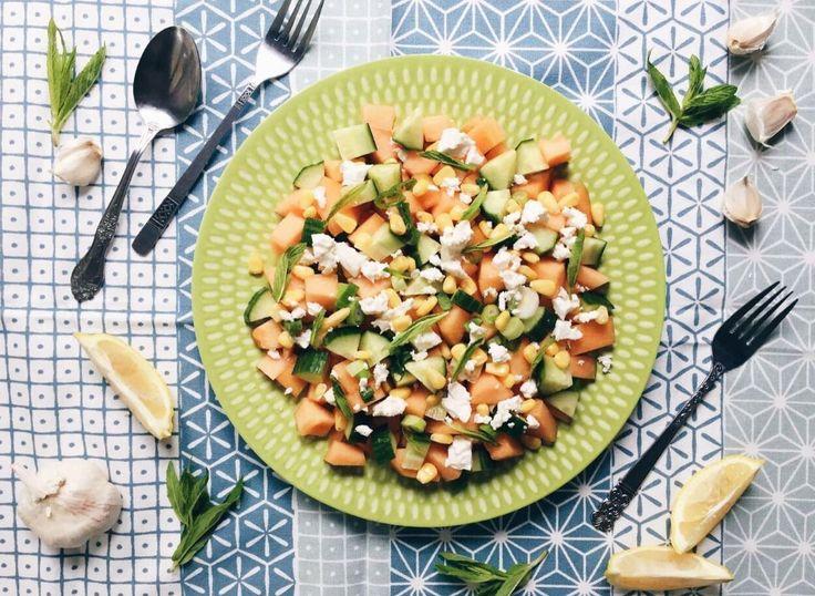 Salade de cantaloup, concombre, oignons verts, maïs, feta, menthe et vinaigrette maison
