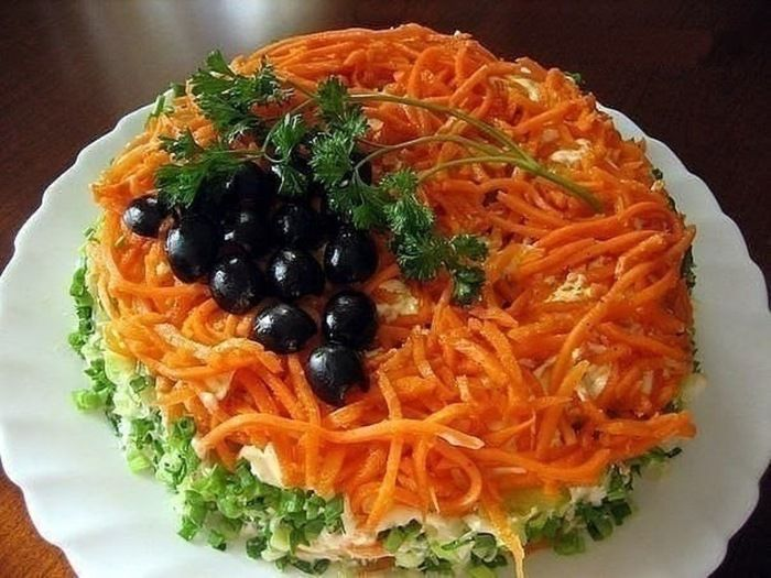 Салат с корейской морковью  Хочу, поделится ещё одним рецептом салата, который я частенько готовлю на праздники. Знаю что рецептов этого салата очень много, у каждого он свой. У меня подруга готовит такой же салат, но с ананасом, вторая вместо запечённого мяса кладёт копчёный окорок. Я же для себя выбрала тот вариант, который нравится мне, по сочетанию продуктов.  Рецепт на сайте: http://citykey.net/review/nezhnyy-i-vkusnyy-salat