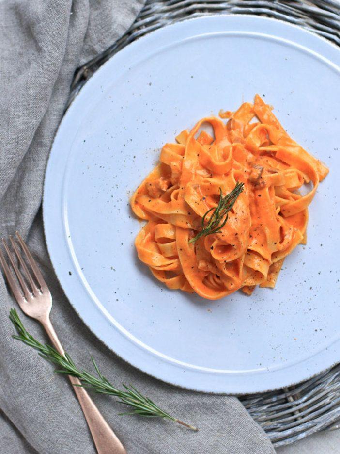 カリカリに焼いたパンチェッタが重要なアクセント。野菜と好相性の卵入りパスタと合わせるのがおすすめ。ソースはコンソメでのばしてスープにもアレンジOK!|『ELLE gourmet(エル・グルメ)』はおしゃれで簡単なレシピが満載!