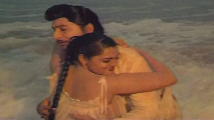 Romantic Scene of The Day - Actress Silk Smitha Romancing with Shoban Babu in Beach