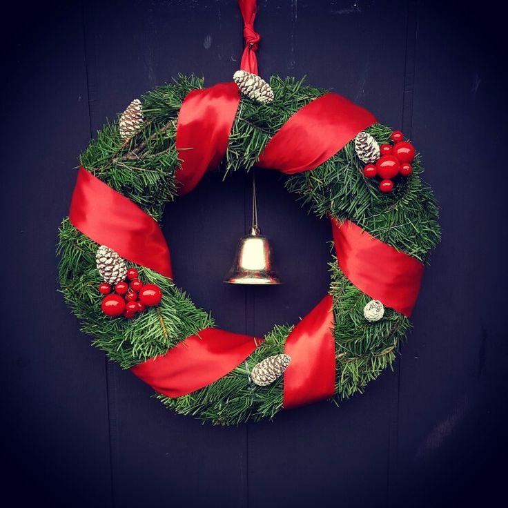 Min dörrkrans 😍. #jul #julpyssel #pyssel #gran #dekoration #tips #visomälskarjulen #granris #viivilla #trädgård #garden #pynt #tomte #santa #diy #inredning #interior #interiordesign #Christmas #snow #light #winter #vinter #door