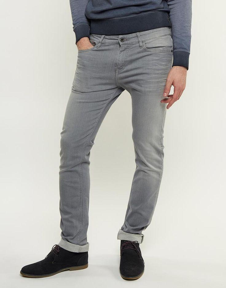 Nog op zoek naar een grijze jeans, wat vind je van deze van Calvin Klein? Je vindt deze mooie broek nu in de uitverkoop via Aldoor! #mode #heren #mannen #spijkerbroek #broeken #jeans #grijs #men #fashion #grey #trousers #denim #sale