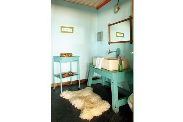Ideas para decorar un baño antiguo  El color siempre es un aliado para actualizar los ambientes de la casa. En este baño, se actualizó el mueble rústico de la pileta y las paredes con el tono verde aqua.         Foto:Archivo LIVING
