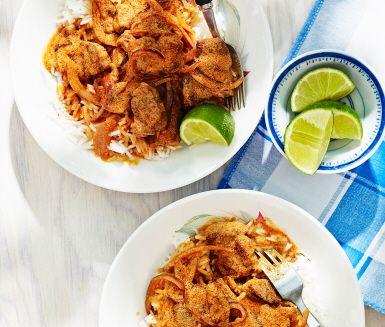 Fläskkarré Tandoori med ris är ett spännande och snabblagat recept med smakrika toner av tandoorikrydda, rödlök och kokosmjölk. Fläskkarrén är mör och saftig och serveras tillsammans med nykokt ris och en syrlig limeklyfta. Smakfullt och enkelt!