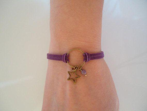Ce bracelet est composé dune corde en suédine violette, dune étoile et dun anneau en bronze ainsi que dune perle en porcelaine violette. Grâce à sa chaînette, le bracelet sadapte à toutes les tailles. Nhésitez pas à me contacter pour tout renseignement complémentaire.