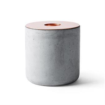 Der Kerzenhalter Chunk of Concrete (zu Deutsch: Betonstück) von Menu fasziniert durch seine massive Erscheinung. Der schwere Beton in Kombination mit dem messingbeschichteten Stahl verleiht Chunk of Concrete einen eleganten Look.