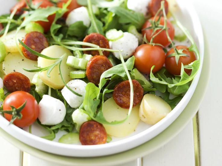 Maaltijdsalade met mozzarella, tomaat, aardappel en chorizo