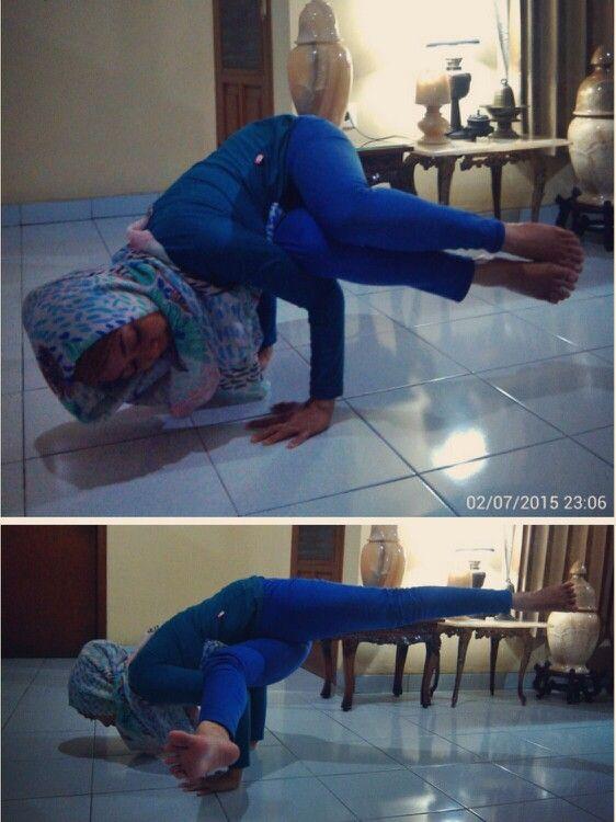 Beryoga malam ini ditutup dengan #SideCrowPose dan nyobain salah satu variasinya… Syusyaaaaahhh…  #Namaste #YogaPractice #ArmBalance #ArmStrength #CoreStrength