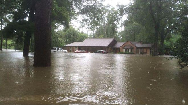 Pastor que diz que Deus pune gays com desastres naturais tem casa destruída por inundação Perkins postou foto de sua prórpia casa inundada por chuvas na Louisiana